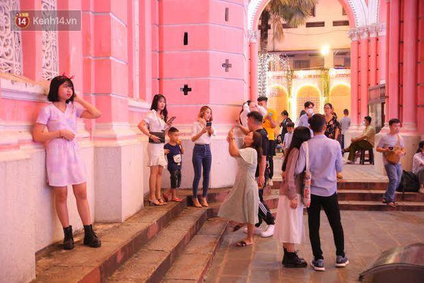 4 nhà thờ nức tiếng Sài Gòn đông nghẹt người đêm Noel, bà bán nước cũng lắc đầu: Nhìn vậy chứ bán chẳng được bao nhiêu, bọn nó lo ôm nhau cả rồi! - Ảnh 10.