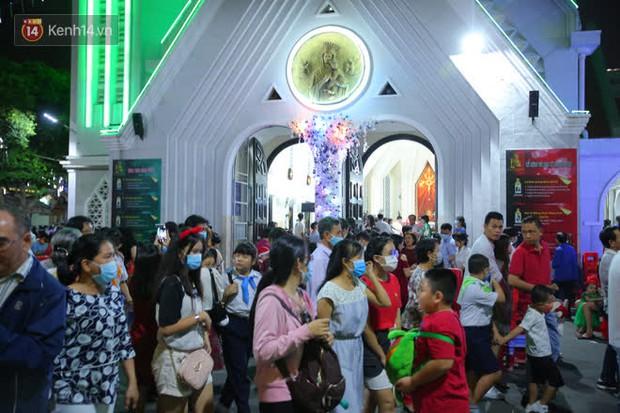 4 nhà thờ nức tiếng Sài Gòn đông nghẹt người đêm Noel, bà bán nước cũng lắc đầu: Nhìn vậy chứ bán chẳng được bao nhiêu, bọn nó lo ôm nhau cả rồi! - Ảnh 19.