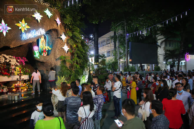 4 nhà thờ nức tiếng Sài Gòn đông nghẹt người đêm Noel, bà bán nước cũng lắc đầu: Nhìn vậy chứ bán chẳng được bao nhiêu, bọn nó lo ôm nhau cả rồi! - Ảnh 16.