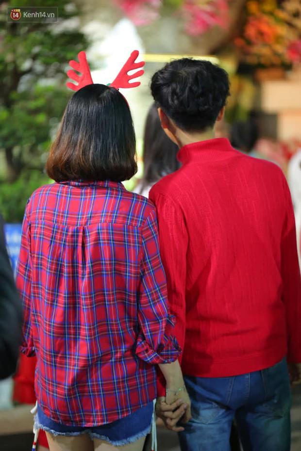 4 nhà thờ nức tiếng Sài Gòn đông nghẹt người đêm Noel, bà bán nước cũng lắc đầu: Nhìn vậy chứ bán chẳng được bao nhiêu, bọn nó lo ôm nhau cả rồi! - Ảnh 21.