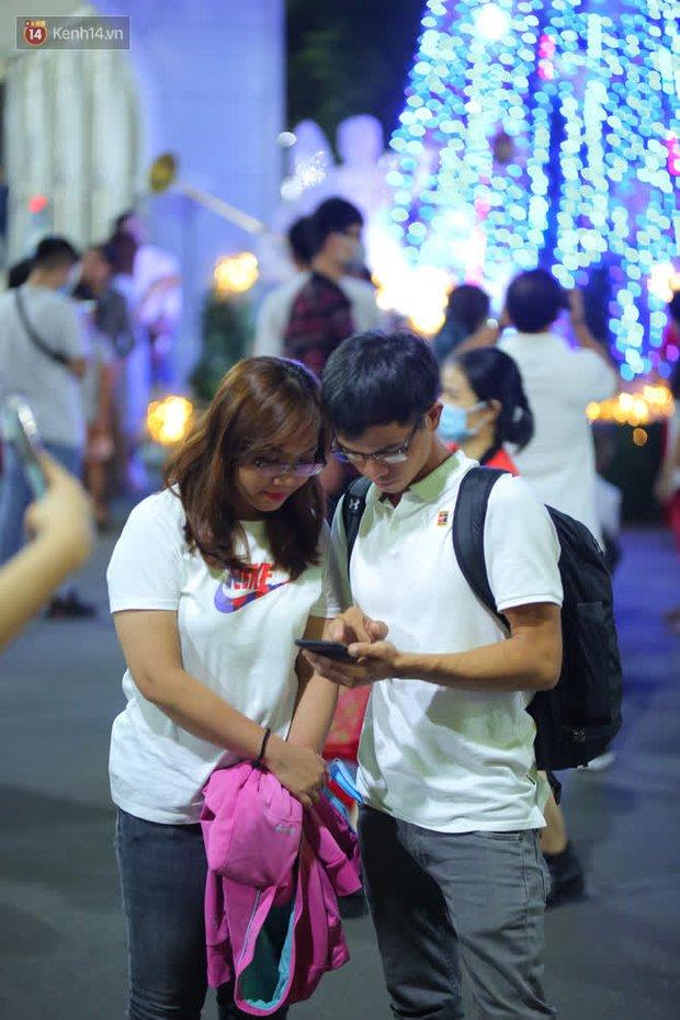 4 nhà thờ nức tiếng Sài Gòn đông nghẹt người đêm Noel, bà bán nước cũng lắc đầu: Nhìn vậy chứ bán chẳng được bao nhiêu, bọn nó lo ôm nhau cả rồi! - Ảnh 22.
