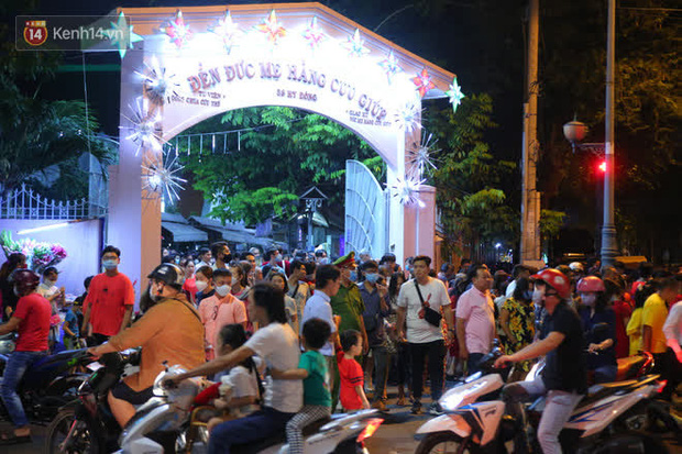 4 nhà thờ nức tiếng Sài Gòn đông nghẹt người đêm Noel, bà bán nước cũng lắc đầu: Nhìn vậy chứ bán chẳng được bao nhiêu, bọn nó lo ôm nhau cả rồi! - Ảnh 14.