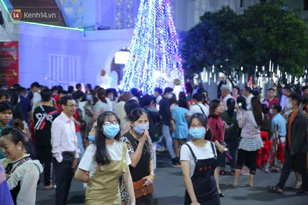 4 nhà thờ nức tiếng Sài Gòn đông nghẹt người đêm Noel, bà bán nước cũng lắc đầu: Nhìn vậy chứ bán chẳng được bao nhiêu, bọn nó lo ôm nhau cả rồi! - Ảnh 18.