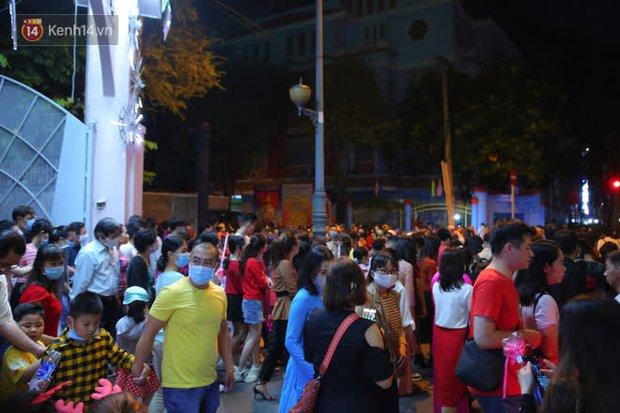 4 nhà thờ nức tiếng Sài Gòn đông nghẹt người đêm Noel, bà bán nước cũng lắc đầu: Nhìn vậy chứ bán chẳng được bao nhiêu, bọn nó lo ôm nhau cả rồi! - Ảnh 15.
