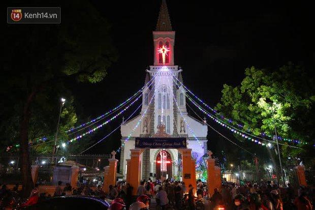 4 nhà thờ nức tiếng Sài Gòn đông nghẹt người đêm Noel, bà bán nước cũng lắc đầu: Nhìn vậy chứ bán chẳng được bao nhiêu, bọn nó lo ôm nhau cả rồi! - Ảnh 26.