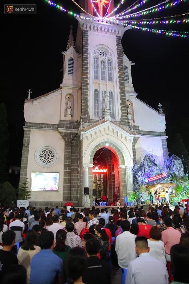 4 nhà thờ nức tiếng Sài Gòn đông nghẹt người đêm Noel, bà bán nước cũng lắc đầu: Nhìn vậy chứ bán chẳng được bao nhiêu, bọn nó lo ôm nhau cả rồi! - Ảnh 32.