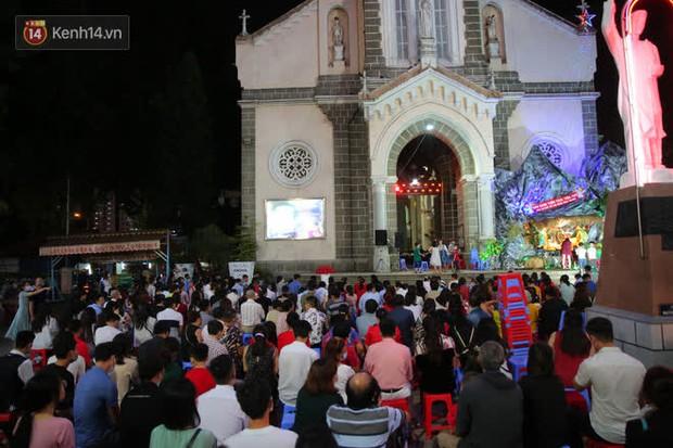 4 nhà thờ nức tiếng Sài Gòn đông nghẹt người đêm Noel, bà bán nước cũng lắc đầu: Nhìn vậy chứ bán chẳng được bao nhiêu, bọn nó lo ôm nhau cả rồi! - Ảnh 33.