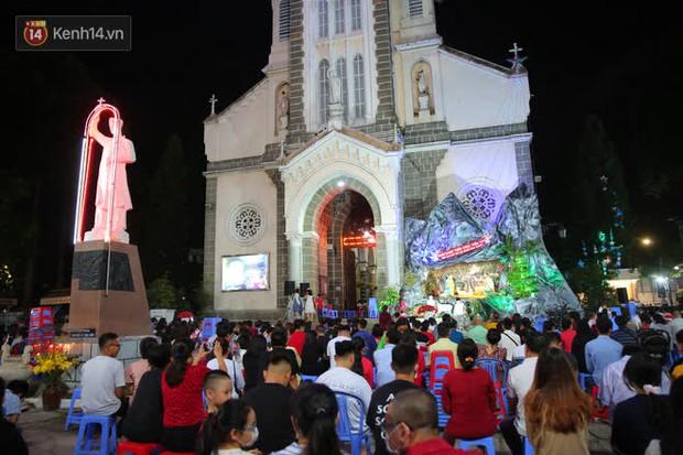 4 nhà thờ nức tiếng Sài Gòn đông nghẹt người đêm Noel, bà bán nước cũng lắc đầu: Nhìn vậy chứ bán chẳng được bao nhiêu, bọn nó lo ôm nhau cả rồi! - Ảnh 30.