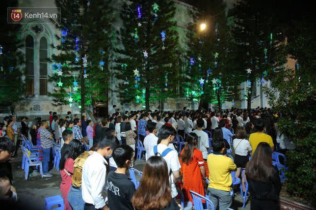 4 nhà thờ nức tiếng Sài Gòn đông nghẹt người đêm Noel, bà bán nước cũng lắc đầu: Nhìn vậy chứ bán chẳng được bao nhiêu, bọn nó lo ôm nhau cả rồi! - Ảnh 31.