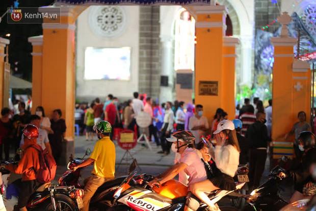 4 nhà thờ nức tiếng Sài Gòn đông nghẹt người đêm Noel, bà bán nước cũng lắc đầu: Nhìn vậy chứ bán chẳng được bao nhiêu, bọn nó lo ôm nhau cả rồi! - Ảnh 27.