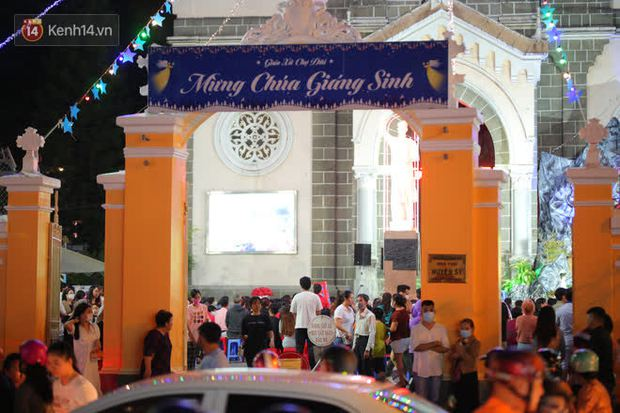 4 nhà thờ nức tiếng Sài Gòn đông nghẹt người đêm Noel, bà bán nước cũng lắc đầu: Nhìn vậy chứ bán chẳng được bao nhiêu, bọn nó lo ôm nhau cả rồi! - Ảnh 28.