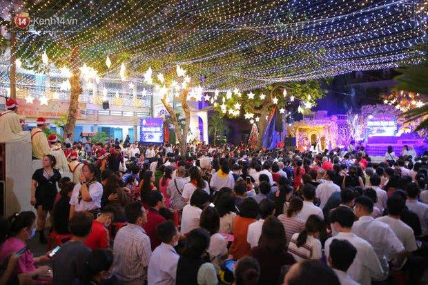 Sài Gòn đêm Giáng sinh: Quá trời rồi, dân có bồ kéo nhau ra đường ôm ấp, FA mà thấy ôm gối bật khóc mất! - Ảnh 15.