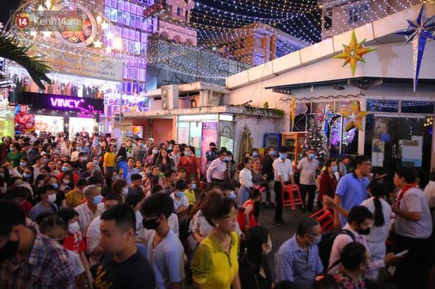 Sài Gòn đêm Giáng sinh: Quá trời rồi, dân có bồ kéo nhau ra đường ôm ấp, FA mà thấy ôm gối bật khóc mất! - Ảnh 16.