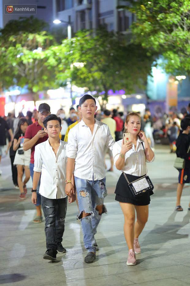 Sài Gòn đêm Giáng sinh: Quá trời rồi, dân có bồ kéo nhau ra đường ôm ấp, FA mà thấy ôm gối bật khóc mất! - Ảnh 3.