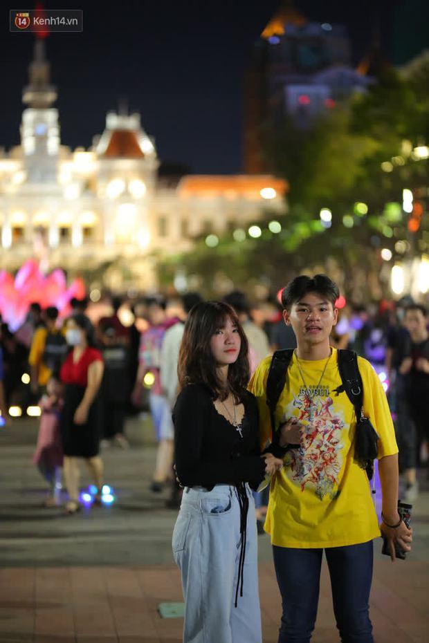 Sài Gòn đêm Giáng sinh: Quá trời rồi, dân có bồ kéo nhau ra đường ôm ấp, FA mà thấy ôm gối bật khóc mất! - Ảnh 4.