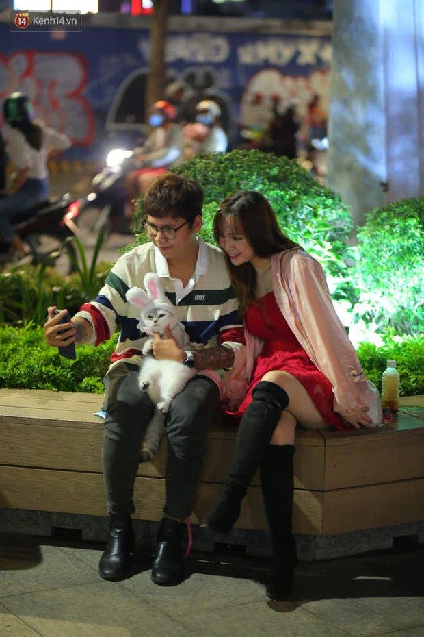 Sài Gòn đêm Giáng sinh: Quá trời rồi, dân có bồ kéo nhau ra đường ôm ấp, FA mà thấy ôm gối bật khóc mất! - Ảnh 1.