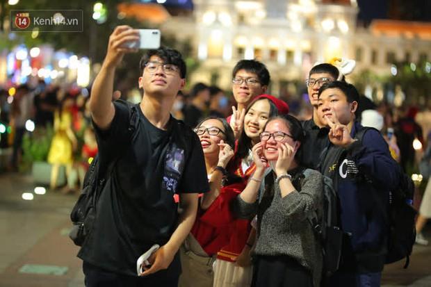 Sài Gòn đêm Giáng sinh: Quá trời rồi, dân có bồ kéo nhau ra đường ôm ấp, FA mà thấy ôm gối bật khóc mất! - Ảnh 2.