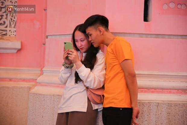 Sài Gòn đêm Giáng sinh: Quá trời rồi, dân có bồ kéo nhau ra đường ôm ấp, FA mà thấy ôm gối bật khóc mất! - Ảnh 19.