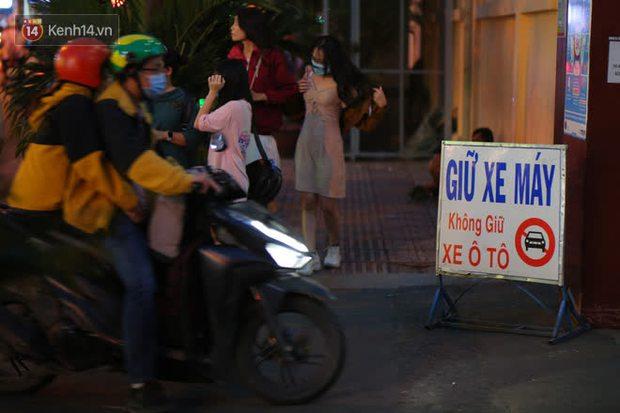 Sài Gòn đêm Giáng sinh: Quá trời rồi, dân có bồ kéo nhau ra đường ôm ấp, FA mà thấy ôm gối bật khóc mất! - Ảnh 20.