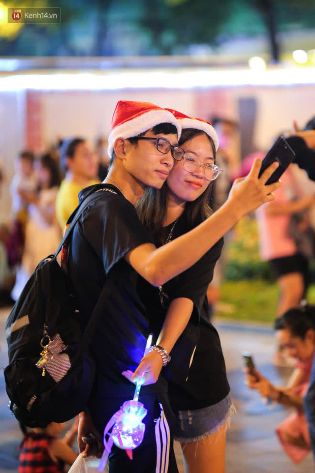 Sài Gòn đêm Giáng sinh: Quá trời rồi, dân có bồ kéo nhau ra đường ôm ấp, FA mà thấy ôm gối bật khóc mất! - Ảnh 22.