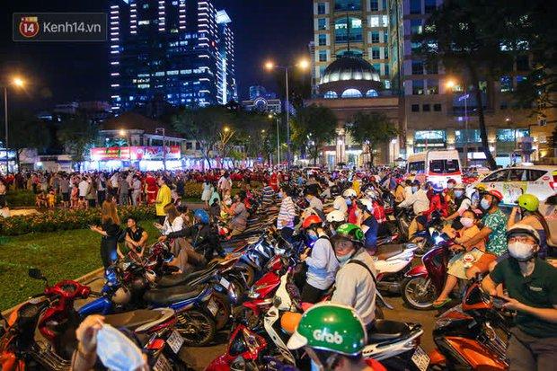 Sài Gòn đêm Giáng sinh: Quá trời rồi, dân có bồ kéo nhau ra đường ôm ấp, FA mà thấy ôm gối bật khóc mất! - Ảnh 21.