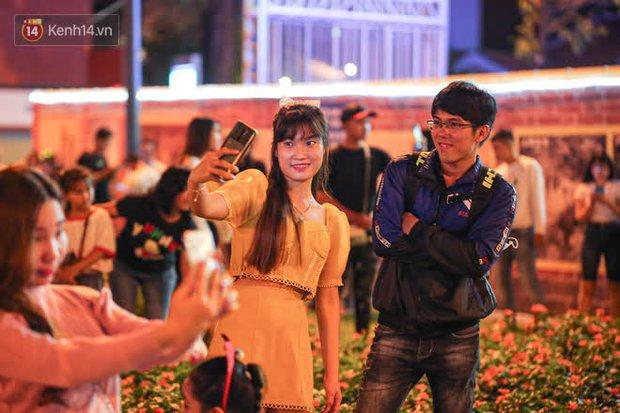Sài Gòn đêm Giáng sinh: Quá trời rồi, dân có bồ kéo nhau ra đường ôm ấp, FA mà thấy ôm gối bật khóc mất! - Ảnh 23.