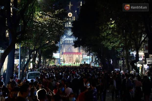 Hà Nội: Công an lập chốt yêu cầu người dân đeo khẩu trang khi vào khu vực Nhà thờ Lớn - Ảnh 4.