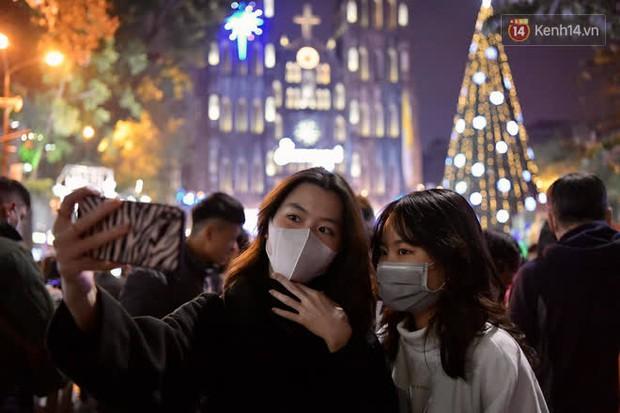 Hà Nội: Công an lập chốt yêu cầu người dân đeo khẩu trang khi vào khu vực Nhà thờ Lớn - Ảnh 2.