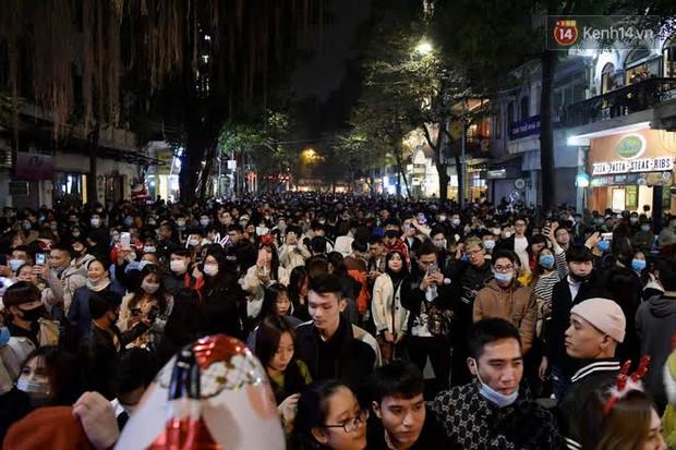 Hà Nội: Công an lập chốt yêu cầu người dân đeo khẩu trang khi vào khu vực Nhà thờ Lớn - Ảnh 1.