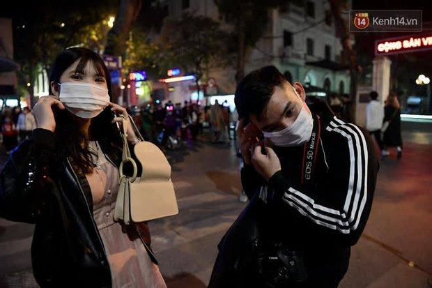 Hà Nội: Công an lập chốt yêu cầu người dân đeo khẩu trang khi vào khu vực Nhà thờ Lớn - Ảnh 12.