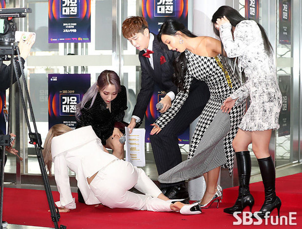 Sự kiện ám ảnh nhất năm 2019 SBS Gayo Daejun: Idol trượt ngã từ thảm đỏ đến sân khấu, Wendy gặp tai nạn kinh hoàng - Ảnh 3.