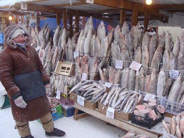 Bức ảnh cá cứng đơ xếp từng chồng bày bán ở chợ gây ngạc nhiên tột độ và sự thật về thành phố lạnh nhất thế giới, đóng băng cả lông mi và tóc - Ảnh 1.