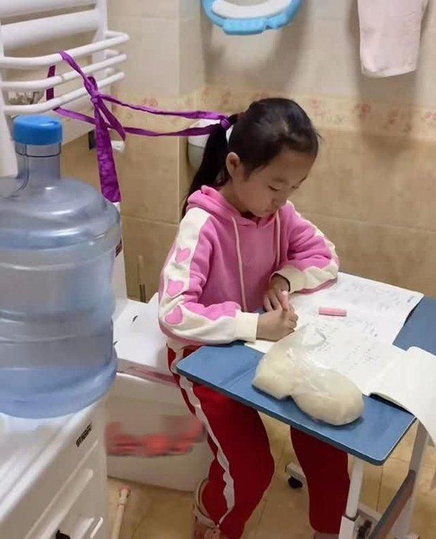 Con gái làm bài tập 2 tiếng đi toilet chục lần, bà mẹ bất lực chuyển hẳn bàn học vào nhà vệ sinh, dân mạng tranh cãi dữ dội - Ảnh 2.
