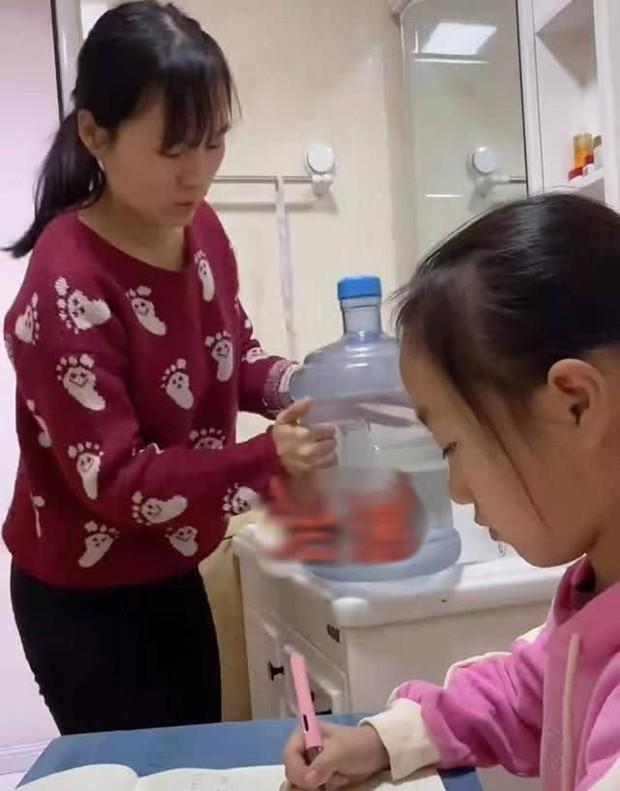 Con gái làm bài tập 2 tiếng đi toilet chục lần, bà mẹ bất lực chuyển hẳn bàn học vào nhà vệ sinh, dân mạng tranh cãi dữ dội - Ảnh 3.