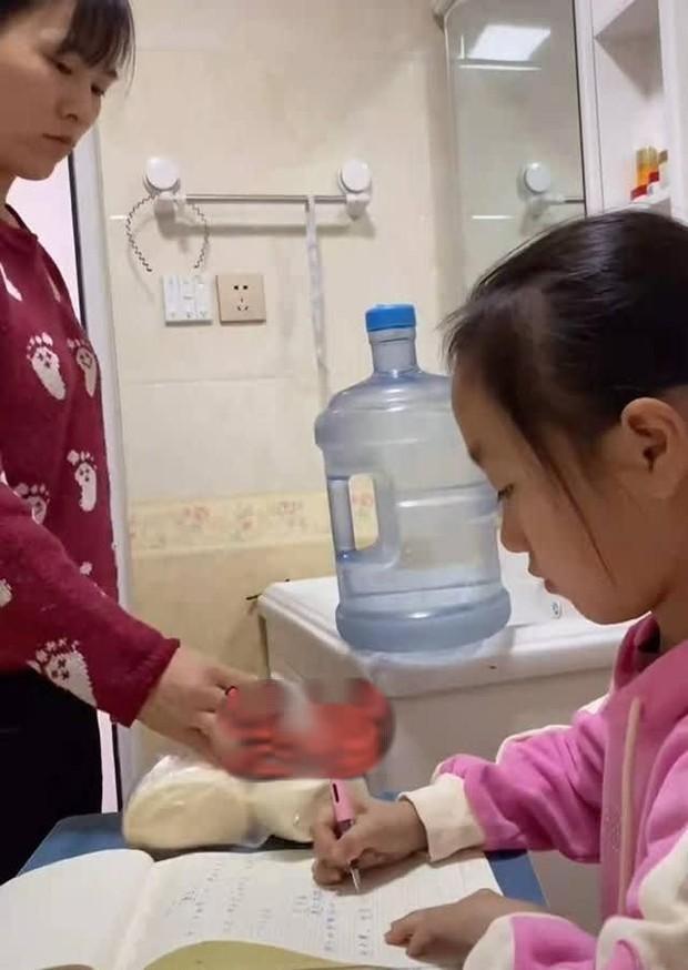 Con gái làm bài tập 2 tiếng đi toilet chục lần, bà mẹ bất lực chuyển hẳn bàn học vào nhà vệ sinh, dân mạng tranh cãi dữ dội - Ảnh 4.