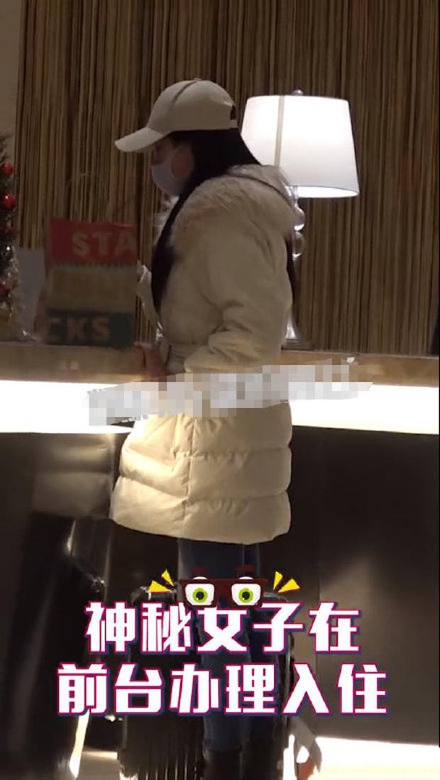 Đúng 12 ngày sau tuyên bố ly hôn, Lộ Tinh Hà Vương Lịch Hâm lộ ảnh đưa gái xinh về khách sạn, hình tượng sụp đổ hoàn toàn - Ảnh 3.