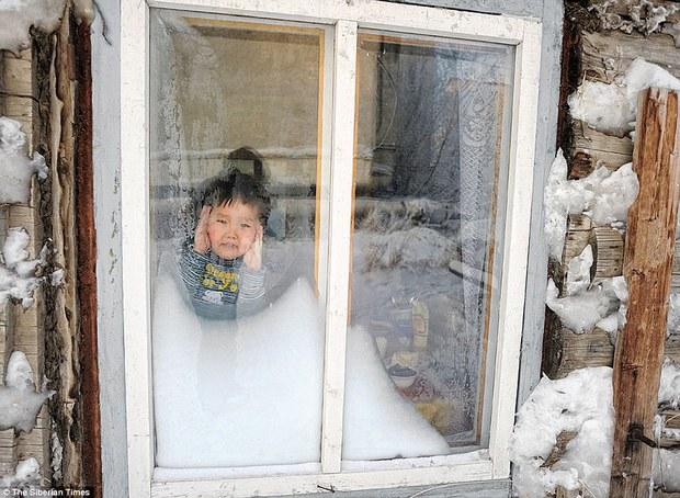 Bức ảnh cá cứng đơ xếp từng chồng bày bán ở chợ gây ngạc nhiên tột độ và sự thật về thành phố lạnh nhất thế giới, đóng băng cả lông mi và tóc - Ảnh 13.