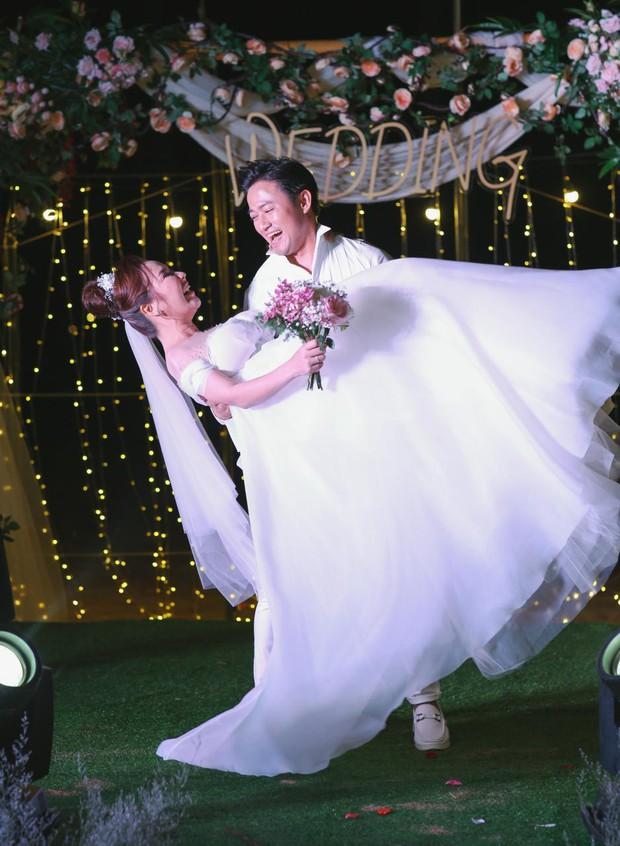 """Đám cưới Quý Bình và vợ doanh nhân ở Phú Quốc: Chú rể lái siêu xe đón bà xã, """"quẩy"""" hết mình tại địa điểm tổ chức đặc biệt - Ảnh 16."""