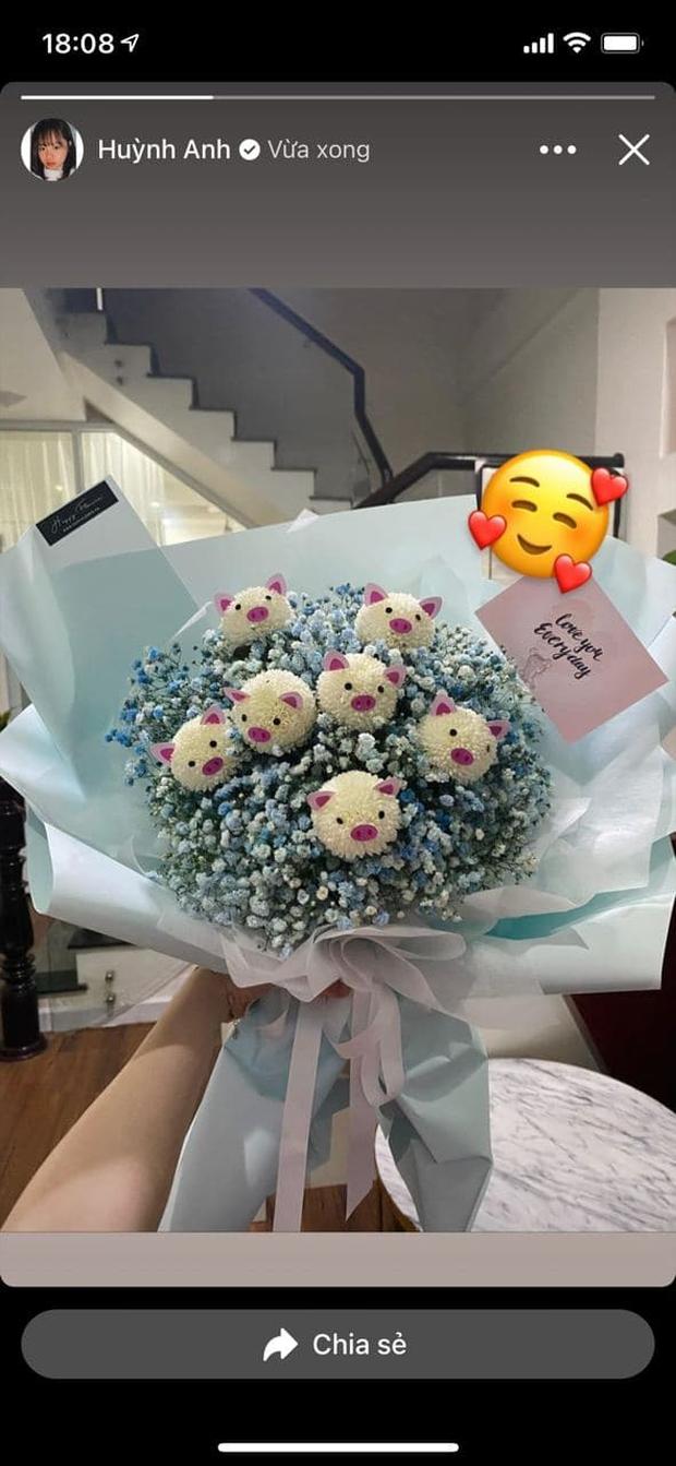 Huỳnh Anh - bồ cũ Quang Hải được ai đó tặng hoa và nói love you dịp  Giáng sinh, liệu có phải Rtee (Rap Việt)? - Ảnh 1.