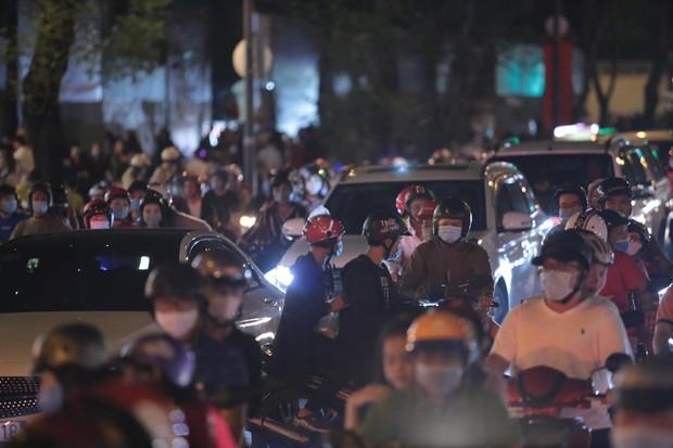 Chùm ảnh: Người dân đổ ra đường đón Giáng sinh, tình trạng ùn tắc kéo dài, nhiều phương tiện di chuyển khó khăn - Ảnh 14.