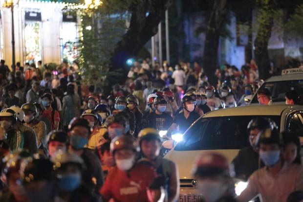 Chùm ảnh: Người dân đổ ra đường đón Giáng sinh, tình trạng ùn tắc kéo dài, nhiều phương tiện di chuyển khó khăn - Ảnh 13.