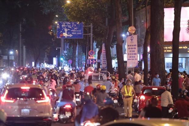Chùm ảnh: Người dân đổ ra đường đón Giáng sinh, tình trạng ùn tắc kéo dài, nhiều phương tiện di chuyển khó khăn - Ảnh 15.