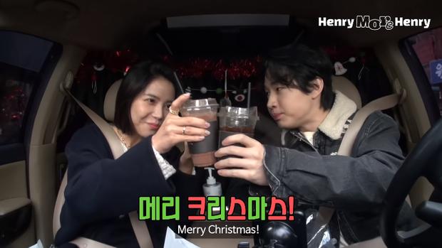 Hai idol Kpop mừng Giáng sinh mùa dịch kiểu: mở tiệc trên ô tô cho an toàn, phải xài ké đồ trang trí bên lề đường - Ảnh 6.