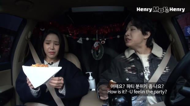 Hai idol Kpop mừng Giáng sinh mùa dịch kiểu: mở tiệc trên ô tô cho an toàn, phải xài ké đồ trang trí bên lề đường - Ảnh 3.