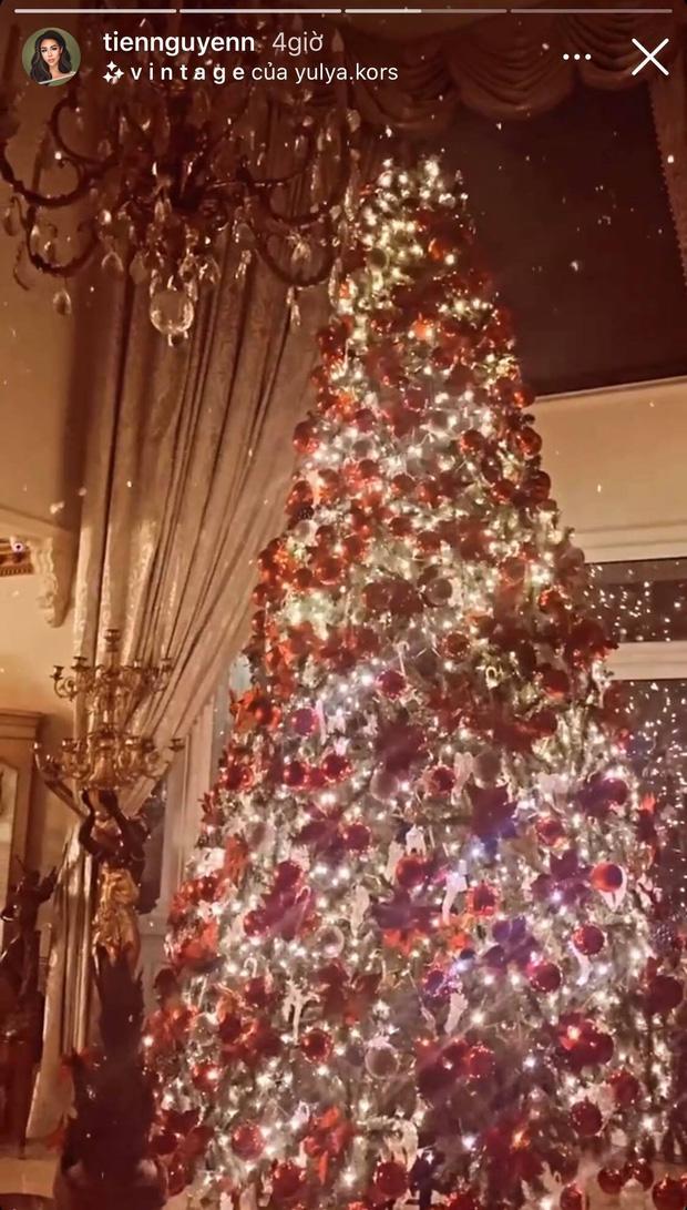 Chỉ hé lộ 1 góc thoáng qua, Tiên Nguyễn đã khiến dân tình trầm trồ với vẻ lộng lẫy của biệt thự đang ở khi trang trí Noel - Ảnh 3.