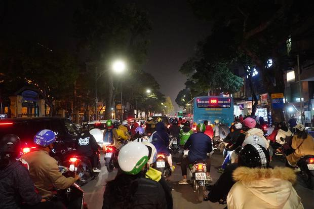 Chùm ảnh: Người dân đổ ra đường đón Giáng sinh, tình trạng ùn tắc kéo dài, nhiều phương tiện di chuyển khó khăn - Ảnh 4.