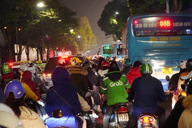 Chùm ảnh: Người dân đổ ra đường đón Giáng sinh, tình trạng ùn tắc kéo dài, nhiều phương tiện di chuyển khó khăn - Ảnh 3.