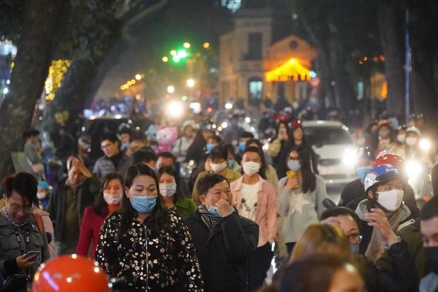 Chùm ảnh: Người dân đổ ra đường đón Giáng sinh, tình trạng ùn tắc kéo dài, nhiều phương tiện di chuyển khó khăn - Ảnh 7.