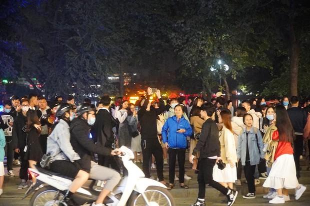 Chùm ảnh: Người dân đổ ra đường đón Giáng sinh, tình trạng ùn tắc kéo dài, nhiều phương tiện di chuyển khó khăn - Ảnh 6.