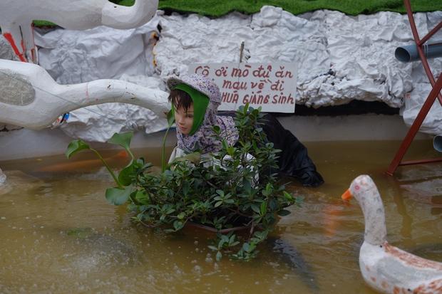 Nhà thờ Nam Định trang trí Giáng Sinh theo phong cách xuyên không: Cô Tấm mò cua không cần đi chơi và hàng loạt siêu phẩm khác - Ảnh 4.